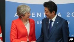 នាយករដ្ឋមន្រ្តីអង់គ្លេស Theresa May និងនាយករដ្ឋមន្រ្តីជប៉ុន Shinzo Abe ចាប់ដៃមុននឹងជំនួបទ្វេភាគី G20 កាលពីថ្ងៃទី០១ ធ្នូ ២០១៨។
