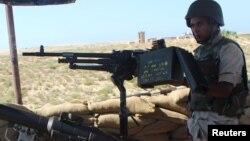Seorang tentara Mesir melakukan patroli di kawasan Sinai utara yang bergejolak (foto: dok).