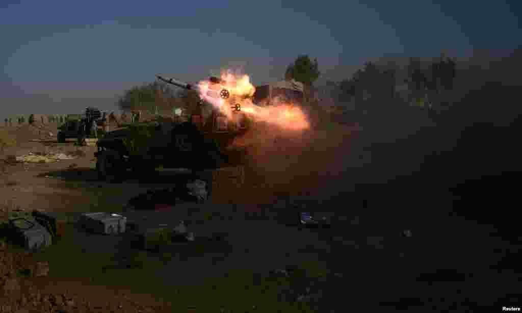 Forças pró-governamentais iraquianas atacam posições do Estado Islâmico em Hammam Al-Alil a sul de Mosul.