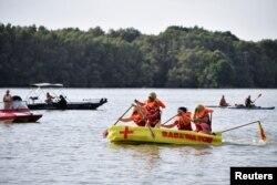Lomba balap perahu gila di Sungai Danube di Harta, Hungaria, 14 Agustus 2021. (REUTERS/Marton Monus)