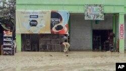 Đất chuồi và lũ lụt vì bão tại thị trấn Alcantara ở Cebu, Philippines, ngày 30/12/2014.