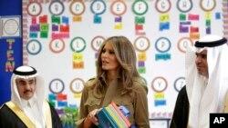 Đệ nhất Phu nhân Melania Trump phân phát sách và trò chuyện với học sinh trong chuyến công du tới Ả Rập Xê-út ngày 21/5/2017. (AP Photo/Hasan Jamali)