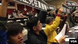 約30名「保護中環運動」成員,在論壇主持人鄭宇碩宣佈腰斬論壇之後,一同高舉諷 刺真普聯的標語 (湯惠芸拍攝)