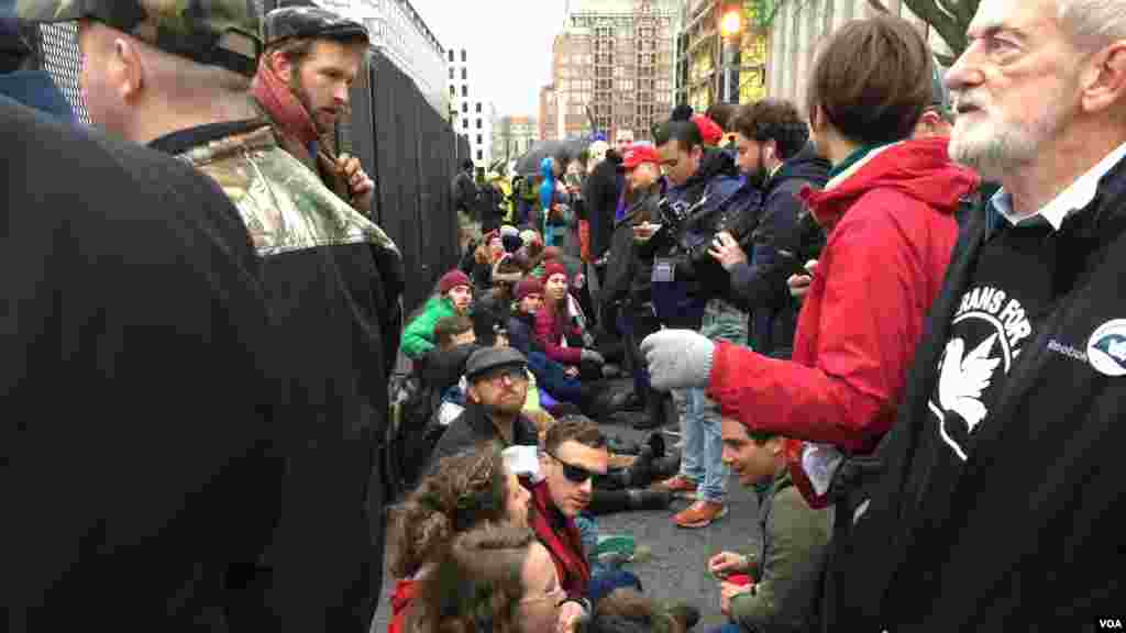 Manifestantes a la entrada del parque John Marshall en Washington [Foto: José Vega, VOA].
