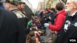 Protesta a la entrada del parque John Marshall [Foto: José Vega, VOA]