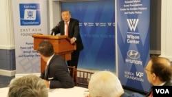 문정인 한국 대통령 특보가 16일 미국 워싱턴의 민간단체인 우드로윌슨 센터에서 기조연설을 하고 있다.