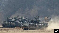 Kendaraan baja AS saat latihan tahunan di Paju, dekat perbatasan Korea Utara, Jumat, 1 April 2016.