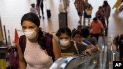 Hành khách đeo khẩu trang trong sân bay quốc tế ở Lima, Peru, ngày 6 tháng 3, 2020. Peru ngày thứ Sáu báo cáo ca nhiễm virus corona đầu tiên ở nước này.