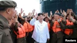 김정은 북한 국무위원장이 잠수함발사탄도미사일(SLBM) 시험발사를 참관한 사진을 25일 관영 조선중앙통신이 공개했다.