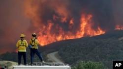 Un equipo de bomberos en el condado de San Luis Obispo se mantiene alerta ante el avance de un incendio forestal el 31 de julio de 2018.