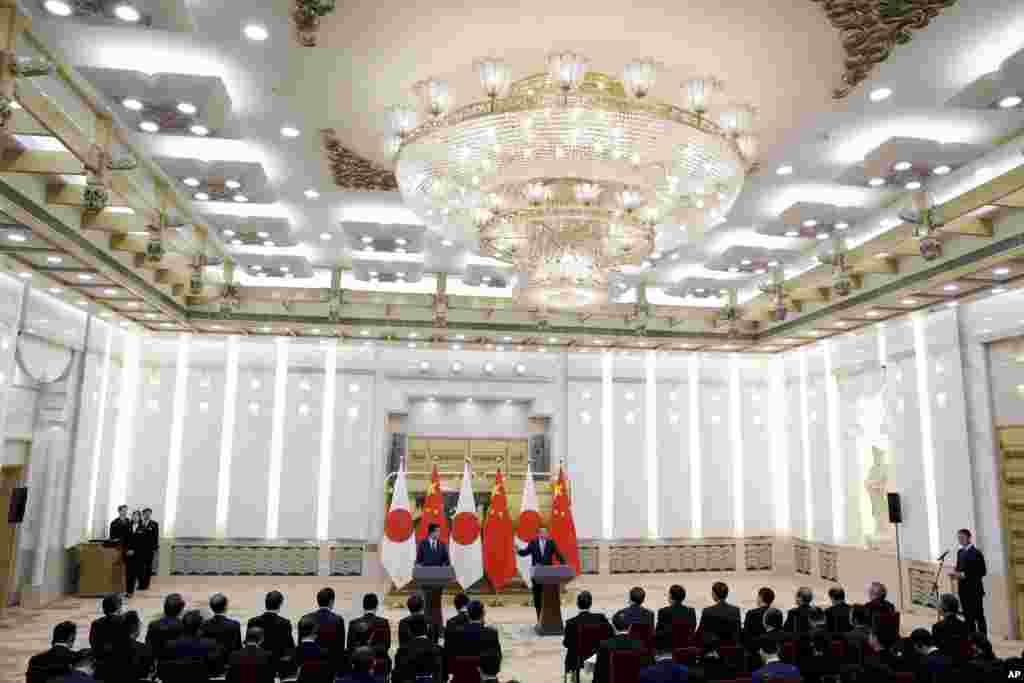 中国总理李克强和2018年10月26日在北京人民大会堂举行联合新闻发布会。