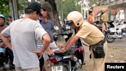 Quy định của pháp luật tại Thông tư 01/2016/TT-BCA của Bộ Công An (có hiệu lực từ ngày 15-2) cho phép cảnh sát giao thông được trưng dụng tài sản của người dân, trong đó có phương tiện thông tin liên lạc.