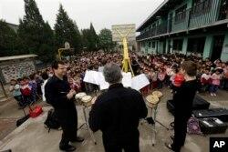 Các thành viên dàn nhạc Philadelphia tới thăm và biểu diễn tại trường tiểu học Đồng Tâm gần Bắc Kinh