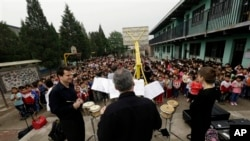 Members of the Philadelphia Orchestra visit the Tongxin Experimental Primary School near Beijing.