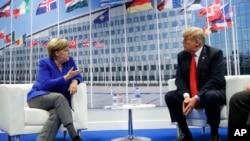 美国总统川普和德国总理默克尔在布鲁塞尔举行会晤。(2018年7月11日)