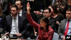 Đại sứ Mỹ tại Liên Hiệp Quốc Nikki Haley giơ tay biểu quyết chống một dự thảo nghị quyết được Nga giới thiệu trong một cuộc họp của Hội đồng Bảo an, ngày 10 tháng 4, 2018, tại trụ sở của hội đồng ở New York, Mỹ.
