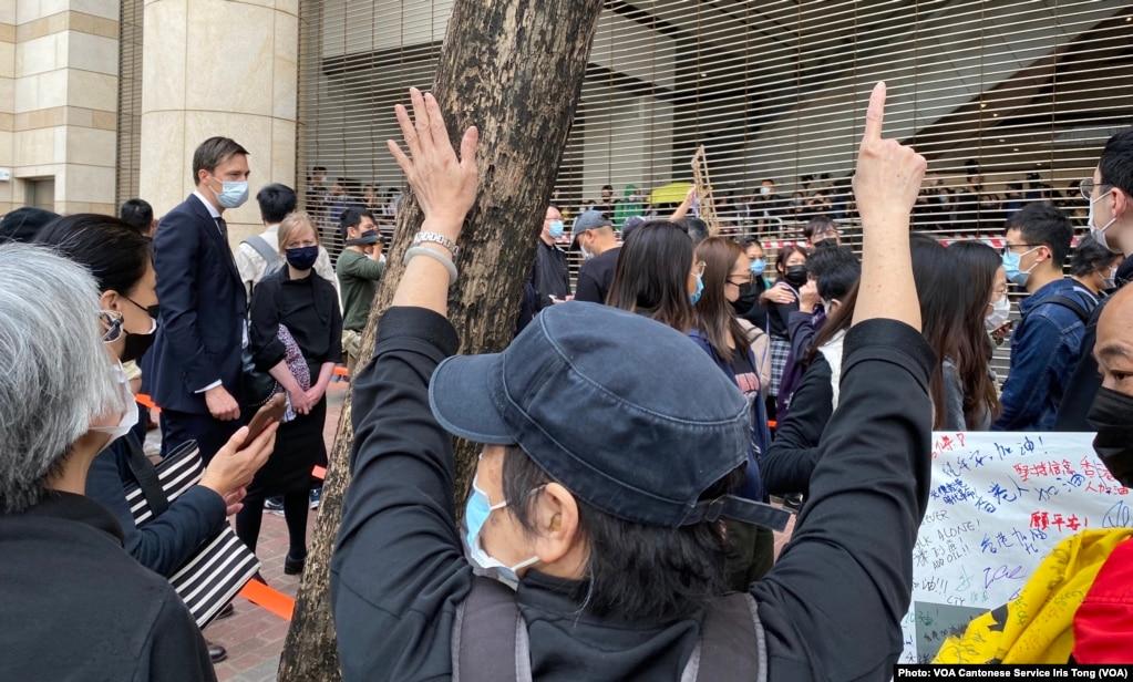"""有在西九法院大楼外排队的市民高举反送中运动,五大诉求、缺一不可的""""五一""""手势 (美国之音/汤惠芸)(photo:VOA)"""