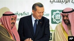 Turkish Prime Minister Recep Tayyip Erdogan, center, shakes hands with Kuwait's Prime Minister Sheikh Nasser Mohammed Al Ahmed Al Sabah, (l) and deputy Prime Minister for Economic Affairs, Sheikh Ahmad Fahad Al Sabah (r) in Kuwait City, 11 Jan 2011