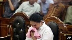 Meiliana menangis saat dijatuhi hukuman di Pengadilan Negeri Medan, Sumatera Utara, 21 Agustus 2018.