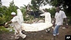 Les secouristes transportent sur une civière le corps d'une victime du crash d'un avion à Juba, Soudan du Sud, 4 novembre 2015.