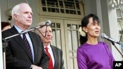 အထက္လႊတ္ေတာ္အမတ္ John McCain ျမန္မာႏိုင္ငံကို လာေရာက္စဥ္ (၂၀၁၂-ဇန္န၀ါရီလ)