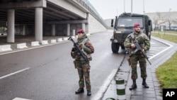 Les soldats belges patrouillent à l'aéroport de Zaventem à Bruxelles le mercredi 23 Mars 2016.