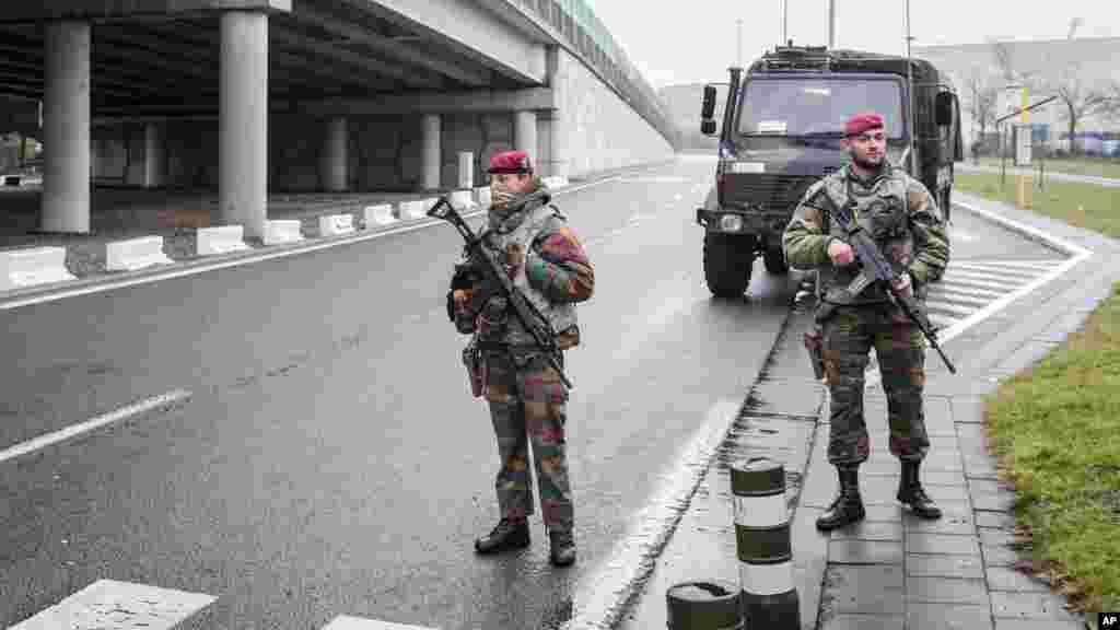 Des soldats patrouillent près de l'aéroport de Zaventem, Bruxelles, 23 mars 2016.