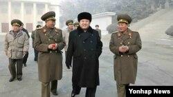 김정은 북한 국방위원회 제1위원장이 김정일 최고사령관 추대 기념일을 맞아 제526대연합부대 지휘부를 시찰하는 모습을 조선중앙통신이 25일 공개했다. (자료사진)