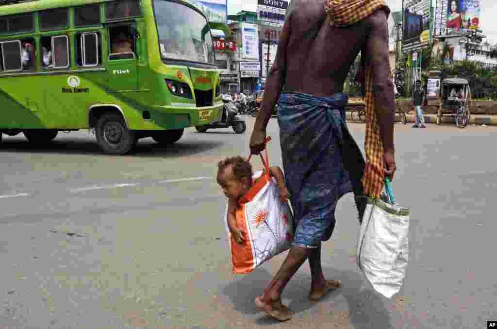 Otac i sin na jednoj od ulica Bhubaneswara, Indija.