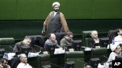 یک عضو فراکسیون روحانیت عربستان را به رفتار هائی گستاخانه علیه ایران و به نفع واشنگتن متهم کرد