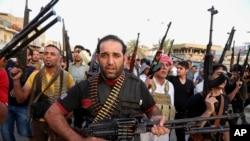 Human Rights Watch nói hầu hết những tù nhân là người Sunni đã tháo chạy trước cuộc tiến công của những tổ chức cực đoan chiến đấu nhằm lật đổ chính phủ.