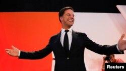 El partido de derechas VVD del primer ministro Mark Rutte logró una cómoda victoria electoral, desafiando las encuestas que sugería una ajustada batalla con el candidato populista Geert Wilders.