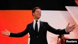 ນາຍົກລັດຖະມົນຕີ ໂຮນລັງ ທ່ານ Mark Rutte ຂອງພັກ VVD ເສລີນິຍົມ ປາກົດໂຕ ຕໍ່ໜ້າ ພວກສະໜັບໜູນ ໃນນະຄອນ The Hague ຂອງໂຮນລັງ, ວັນທີ 15 ມີນາ 2017.