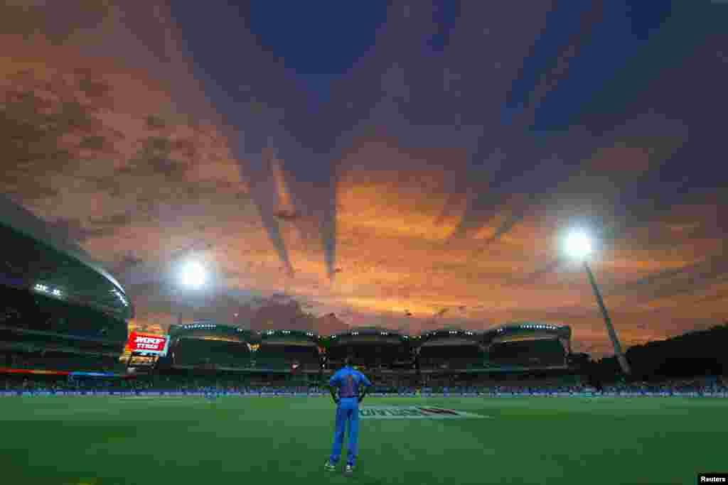 شيکار داوان، بازيکن کريکت تيم هند در مسابقات جام جهانی کريکت در آدلايد، استراليا، عليه تيم رقيب از پاکستان به آسمان نگاه میکند.
