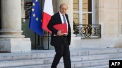 Le ministre français des Affaires étrangères, Jean-Yves Le Drian, part après une réunion hebdomadaire du cabinet à l'Elysée à Paris, le 3 août 2018.