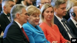 Kanselir Austria Werner Faymann (kiri), Kanselir Jerman Angela Merkel, Kepala Kebijakan LN Uni Eropa Federica Mogherini termasuk yang hadir dalam pertemuan di istana Hofburg, Wina, Austria, hari Kamis (27/8).