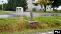Una zanja y un pequeño obelisco es todo lo que hay por marca fronteriza en el condado de Whatcom, en el estado de Washington.