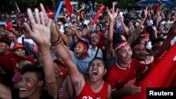 미얀마 야당 지도자 아웅산 수치 여사의 지지자들이 9일 양곤의 민주주의민족동맹 본부 건물 앞에 집결해 환호하고 있다.