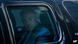 Perdana Menteri Israel Benjamin Netanyahu di dalam mobil meninggalkan Trump Tower, New York, setelah bertemu Donald Trump (25/9). (AP/Evan Vucci)