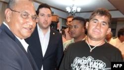 José Salvador Alvarenga es despedido en el aeropuerto de Majuro, por el presidente de las Islas Marshall, Christopher Loeak (izquierda).
