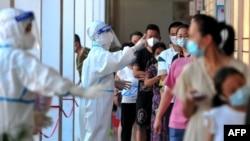中国福建省莆田仙游县的居民排队接受新冠核酸检测。(2021年9月13日)