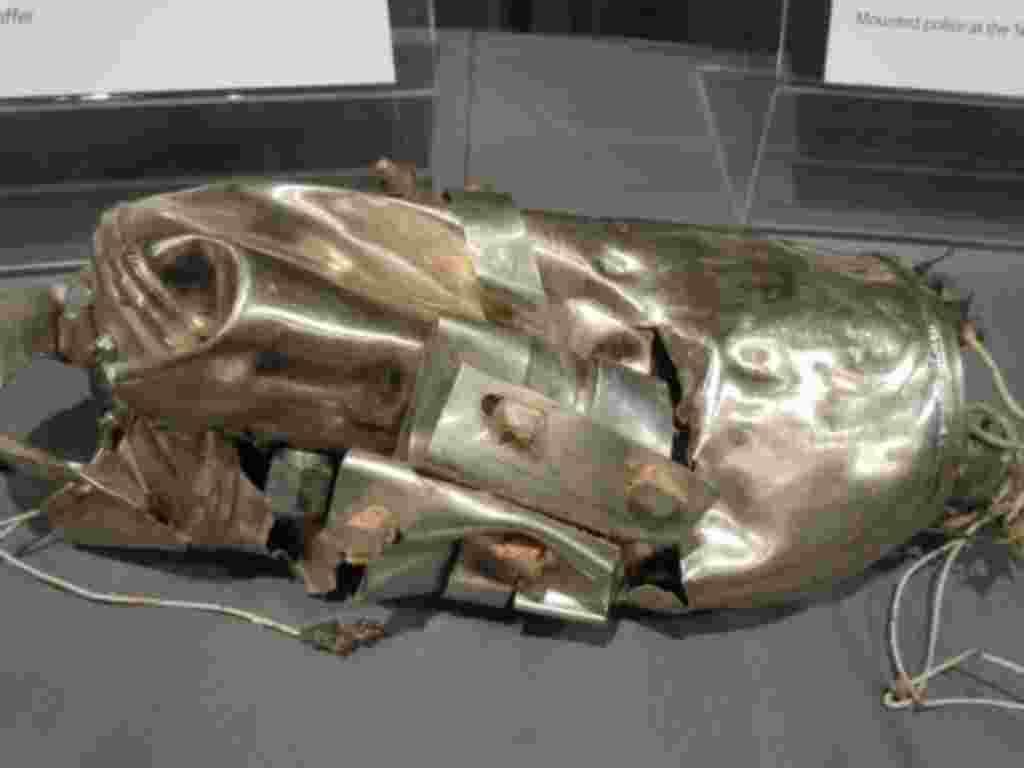 اين آبگرمکن، که از لاشه هواپيمای پرواز ۹۳ بيرون آورده شد، ظاهرا توسط مسافران و خدمه برای حمله به تروريست ها بکار گرفته شد