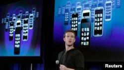 """臉書首席執行官朱克伯格星期四在公司位於加州的總部介紹""""新家""""軟"""