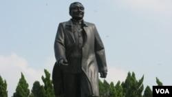 中国特区深圳的邓小平像(美国之音张楠拍摄)