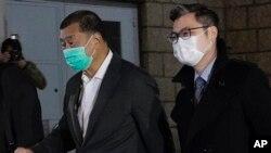 香港壹傳媒創辦人黎智英(左)獲得保釋離開香港高等法院。(2020年12月23日)
