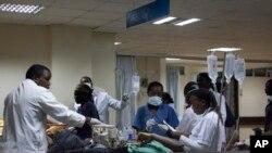 Para petugas medis merawat 20 korban luka-luka akibat ledakan di rumah sakit Kenyatta, Nairobi, Kenya (31/3).