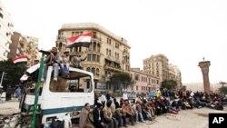 反政府示威者在开罗解放广场上的临时路障旁