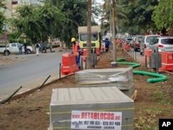 Rua de Luanda em obras, em Julho de 2011