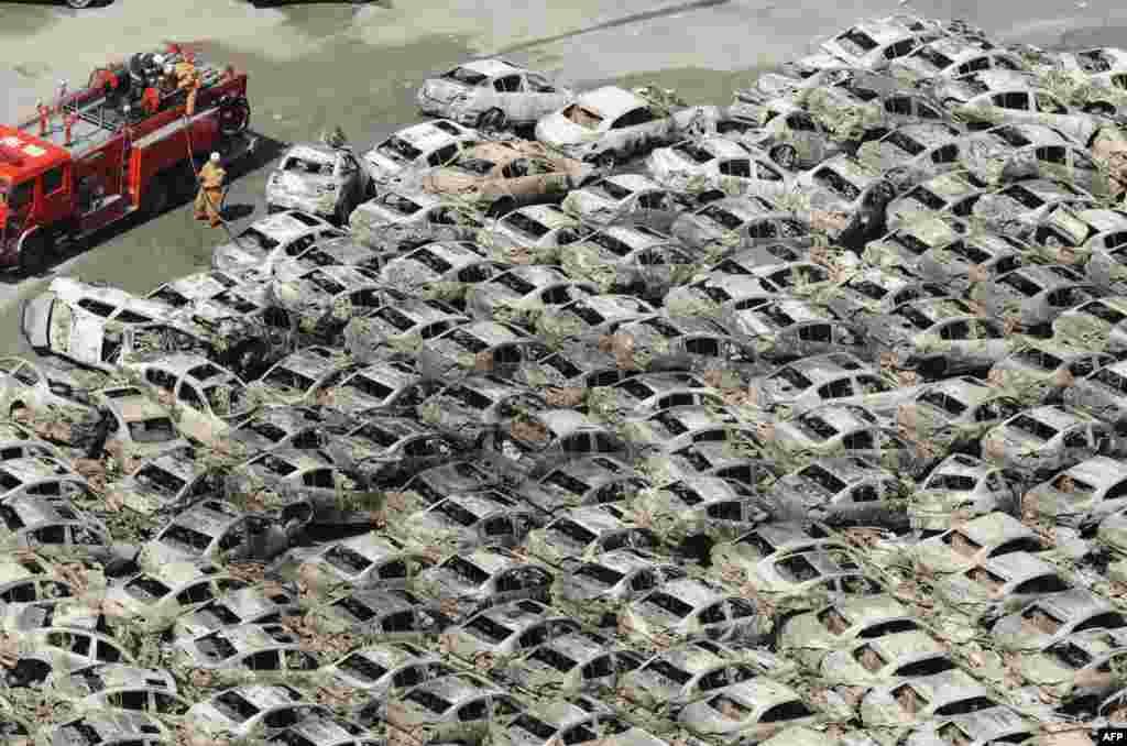 Сгоревшие автомобили в порту Хитачи. 12 марта 2011 год