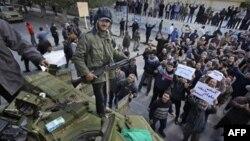 Pristalice libijske opozicije oko tenka čija posada je prešla na njihovu stranu